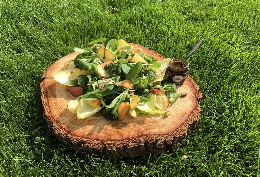Vegetarische salade pistache, perzik en spinazie