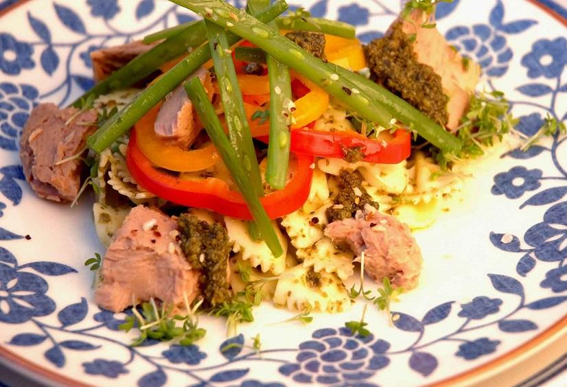 Rijk gevulde pastasalade met tonijn, haricots verts, paprika en SMAAKgeheimen groene pesto.